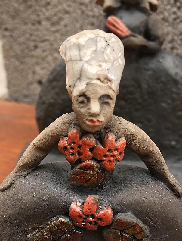 Barockdam med tre röda blommor - keramikskulptur i raku-teknik